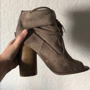like new Qupid Peak toe heeled booties